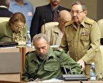 铁拳统治古巴逾半个世纪的卡斯特罗(左)2016年11月25日晚去世,其弟弟老二(右)仍掌管着古巴政局大权。(ADALBERTO ROQUE/AFP/Getty Images)
