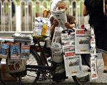 一位小販在北京街上售報 06年6月28日法新社照片