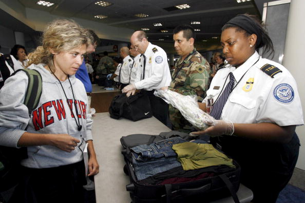 洛杉磯機場安全檢查 (Tracy Albert/Getty Images 2006-8-11)