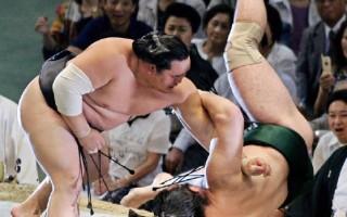 肥胖的相扑力士身手仍相当矫健/AFP/Getty Images