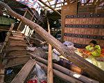 浙江台风受灾者房屋倒塌(China Photos/Getty Images 2006-8-13)