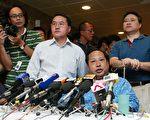 香港立法會議員何俊仁在遇襲受傷住院兩天後會見傳媒,感謝社會各界對他的關心。他說,他遇襲後家人很擔憂,但都明白自己決定走這條路是義無反顧的。(大紀元記者吳璉宥攝)