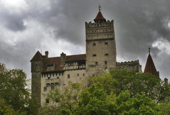 德古拉城堡是羅馬尼亞最典型的哥德式城堡建築之一,從十五世紀德古拉伯爵統制以來,萬惡邪靈的傳說,500年來仍無絲毫衰退的跡象,由於其惡行昭彰,死後於夜間出沒謀殺吸血的謠言甚囂塵上,今日談到德古拉堡仍令人毛骨悚然,如果您是吸血鬼迷可千萬別錯過!(Photo by Daniel Mihailescu/AFP/Getty Images)