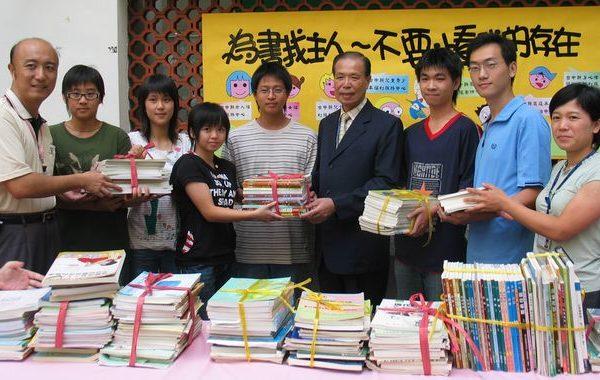 青年學子熱烈響應捐書活動,25日上午紛紛帶著參考書、教科書至台中縣政府中庭,為使用過的參考書、教科書尋找新主人。(台中縣政府提供)