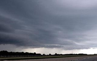 2006年8月26日因暴风雨和闪电,美国亚特兰提号太空梭将延后二十四小时发射。(Photo by Eliot J. Schechter/Getty Images)