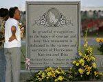 8月27日卡崔娜、丽塔飓风死难者纪念碑前参加悼念仪式(Photo by Justin Sullivan/Getty Images)