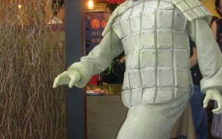 「行動雕像」,鄭奇昌先生在29日記者會上化身兵馬俑,一動也不動,仿若一個雕像,令在場人士嘖嘖稱奇。(大紀元記者黃玉燕/攝影)