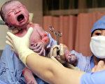 2005年1月6日在北京出生的這位嬰兒被宣布是中國的第13億個人。法新社照片
