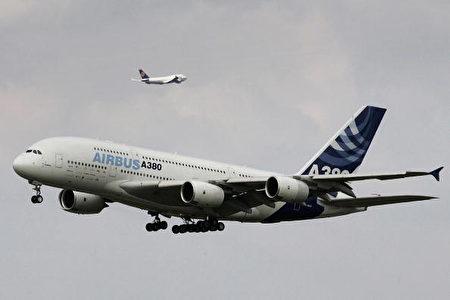世界最大飞机A380其后显得娇小多了的另一架飞机是波音747客机。。(Photo by JOERG KOCH/AFP/Getty Images)