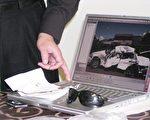 张宏宝生前好友周勇军展示张宏宝车中遗物:一张带有血迹的地图, 张宏宝生前所戴的墨镜,后面电脑屏幕上显示的 是当时所乘坐的 Lincoln 车被毁的情形。(大纪元)