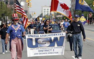 图为9月4日劳动节,底特律游行队伍中的美国钢铁工人联合会。 (Bill Pugliano/Getty Images)