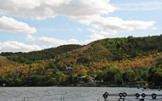 未被侵蚀的一岸:秋天的颜色和当地居民家的小码头(大纪元)