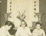 谭展纶正在教两名学生读书。(照片由谭家声提供)
