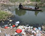 科学家己证明环境污染,尤其是饮水污染,极易致癌,中国过度重视GDP成效,近来创造了许多癌症村,如粤北翁源县上坝村和包钢附的打拉亥上村。图为江苏省宜兴市村民在一条被污染严重的河流上钓鱼。(MARK RALSTON/AFP/Getty Images)