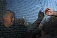 保加利亚人在首都索非亚的纪念碑前悼共产主义时代的受难者(法新社照片)