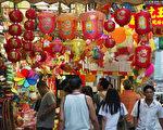 臨近中秋走在香港街上可以看到色彩繽紛的傳統中國燈籠(大紀元記者吳璉宥攝)