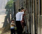 川普(特朗普)政府的加强边境管制措施奏效,美国南部边境非法入境人数过去几个月出现大幅减少,有些地区的减幅甚至达到70%。图为美墨边境入口加州圣以西(SAN YSIDRO)边境围墙。(Sandy Huffaker/Getty Images 2006-9-4)