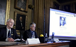 瑞典斯德哥尔摩 Gunnar Oquist 、Sience (r) 皇家学院的永久秘书和Lars Thelander 教授,2006 年10月04 日宣布诺贝尔化学奖优胜者。(BERTIL ERICSON/AFP/Getty Images)