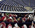 在法國史特拉斯堡,歐盟歡迎保加利亞和羅馬尼亞加入,學生穿戴傳統服飾參加歡迎會。(OLIVIER MORIN/AFP/Getty Images,2006 年9月26 日)