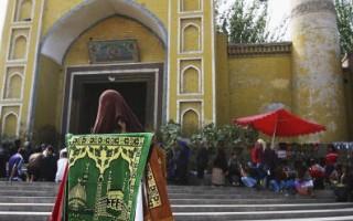 喀什市 清真寺外賣地毯的維吾爾族婦人(Photo by China Photos/Getty Images)2006 年9月22日