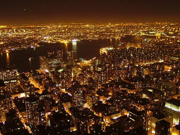 从纽约帝国大厦顶楼观景台,朝西眺望的曼哈顿夜景。对岸是新泽西,图中河流为赫德逊河,好似香港的维多利亚港,将港岛与九龙分开。(李大卫/大纪元)