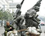 武漢市街頭的雕塑和行人(法新社照片)