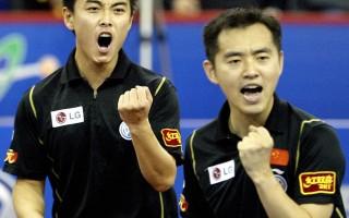 2005年上海世界乒乓球錦標賽,孔令輝(右)與新星王皓(左)合力拿下男雙冠軍。(PETER PARKS/AFP/Getty Images)