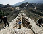 中國文化遺產部門測量長城的區段。根據調查,明長城有較好牆體的部分已不到百分之二十,有明顯可見遺址的部分已不到百分之三十,牆體和遺址總長不超過兩千五百公里。(China Photos/Getty Images,2006 年3月14 日)
