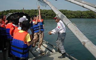 民众经由导览员解说捕鱼工具运用,了解当地渔民的生活(台南市文化资产保护协会提供)