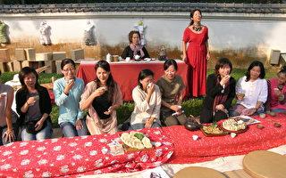 嘉義市長黃敏惠(右三)與女兒節的活動成員一起品茗高山美人茶,並欣賞鄒族女高音嘹亮歌聲(記者蘇泰安攝影∕大紀元)