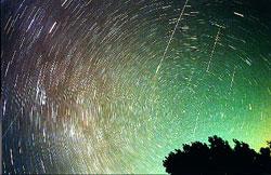 今年是本世紀欣賞獅子座流星雨精彩風華的最後機會,圖為二○○一年獅子座流星雨「星隕如雨」的歷史畫面。 (圖:台北天文館提供)自由時報