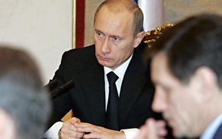 俄罗斯总统普京将在越南首都河内举行的亚太经济合作会议(APEC)中与美国总统布什会谈。(Photo credit should read MIKHAIL KLIMENTIEV/AFP/Getty Images)