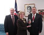 """2006年11月27日,美国助理国务卿埃伦.绍尔布赖(Ellen Sauerbrey)(中)在国务院接受亚美商业圆桌会议组织颁发的""""年度人道主义者""""奖。(大纪元记者亦平摄影)"""