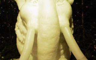 比利時布魯日冰雕展11月27日開幕,參展的許多雕像都是希臘神話裏的人物。(圖片來源 Mark Renders/Getty Images)