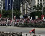 古巴首都哈瓦那12月2日举行盛大阅兵式,庆祝该国病弱的领导人卡斯特罗80岁生日和武装部队建立50周年,但是他本人没有露面,引起外界揣测。(Joe Raedle/Getty Images)