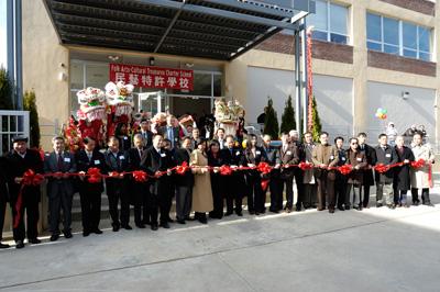 图:费城华埠民艺特许学校新楼开幕剪彩。(大纪元图片)