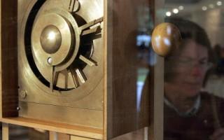 2005年10月17日,在古代科技第2次國際會議上展示了「安提基瑟拉計算機」仿制品。(圖/LOUISA GOULIAMAKI/AFP/Getty Images)