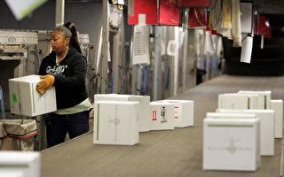 隨著網絡購物的日漸流行,美國快遞巨頭FedEx和UPS也順利搭上了順風車,快遞業務蒸蒸日上。( Justin Sullivan/Getty Images 2006-12-13)