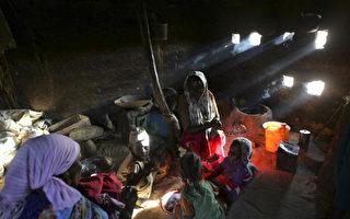圖為,在乍得BAHAI,一個蘇丹難民家庭。達佛區暴力攻擊平民的活動有增無減,大約有220,000名蘇丹難民逃到乍得。(相片由Marco Di Lauro/Getty Images)