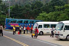 台南县梅岭风景区从十二月三十日起至明年三月四日,将管制大客车通行,游客需改搭县政府提供的中型巴士免费接驳上山。//中央社