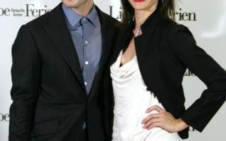 好萊塢影星卡麥蓉狄亞茲(Cameron Diaz)(右)在電影「戀愛沒有假期」( The Holiday)中和性感男星裘德洛(Jude Law)演對手戲(Alexander Hassenstein/Getty Images)
