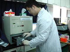 自由基过量会导致各种癌症及其他慢性疾病,中山医学大学三十日发表全国第一个人体自由基检测平台,可以抽血并于十分钟内测得血液中自由基数值,提供预防参考。//中央社