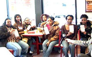 非裔妇人资助穷学生看新唐人新年晚会