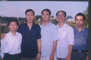 许万平(左一)和其他民主人士朋友们在一起 (大纪元)