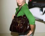 大型手提包成为职业妇女追求时尚的配件。.然而大大的手提包加上长长的背带在杠杆作用下,反而成为妇女健康的隐忧。 (Photo by Michael Buckner/Getty Images)