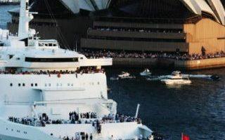 2月20日,全球最大且最昂贵的邮轮玛丽皇后二号今天在数千名围观者欢呼下,首度堂堂驶进风景如画的雪梨港。(Photo by Ian Waldie/Getty Images)