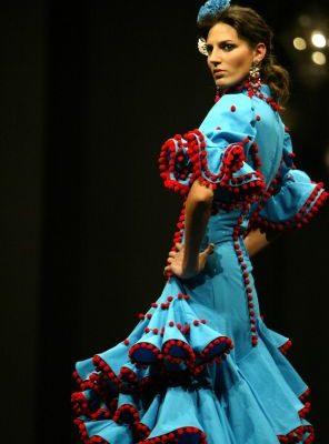 在西班牙塞維利亞舉辦的Simof 'Salon國際佛朗明哥服裝展,模特兒展示西班牙服裝設計師Melisa Lozano的作品。(Photo by CRISTINA QUICLER / AFP PHOTO)