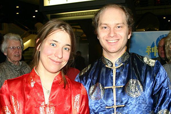 """格律泊(Groeber)女士和瓦格納(Wagner)先生穿著鮮艷的中國傳統絲綢服裝,專程從五百多公里之外的慕尼黑(Muenchen)趕來看這場具有中國傳統韻味的晚會,在晚會前還去一家賣中國服裝的店鋪買了新衣服,要""""穿新衣,過大年""""。 (大紀元)"""