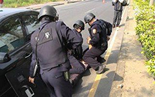 嘉義市警察局為提升緝捕技能實施攔截圍捕演練。(記者蘇泰安攝影∕大紀元)