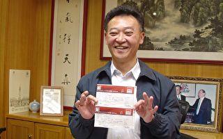 台中市议长张宏年一口气购买50张1000元的票,神韵艺术团来台表演。(黄玉燕摄影/大纪元)